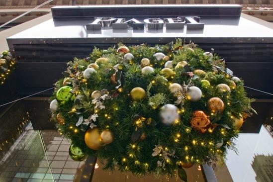 Рождество в Нью-Йорке. Рождественский венок на магазине Piaget.