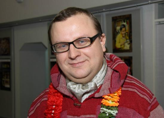 Этот нехудой человек с цветочками на шее - я.