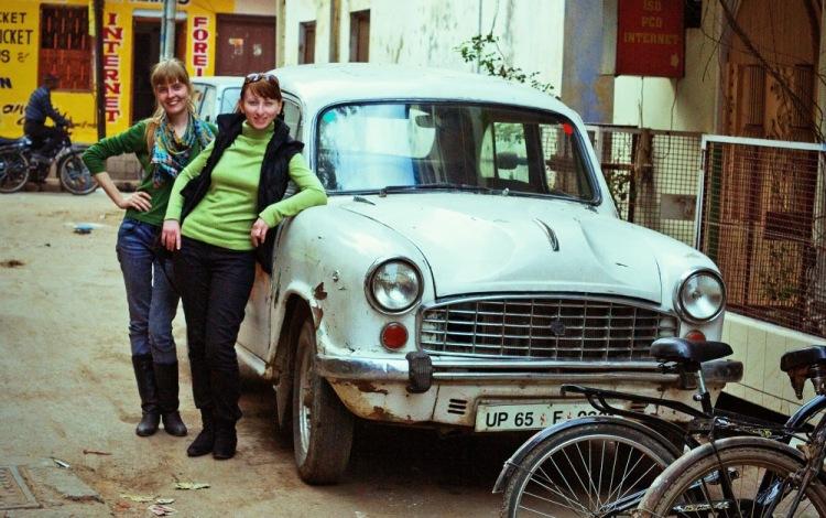 "Девушки на фоне антикварного ""Амбассадора"", в котором мы объезжали Варанаси."