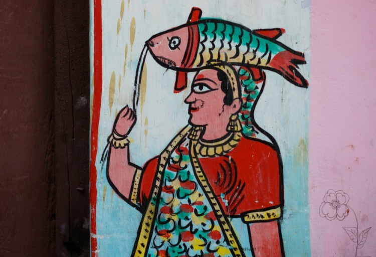 Женщина с рыбой. Может, богиня Ганга? теряюсь в догадках.