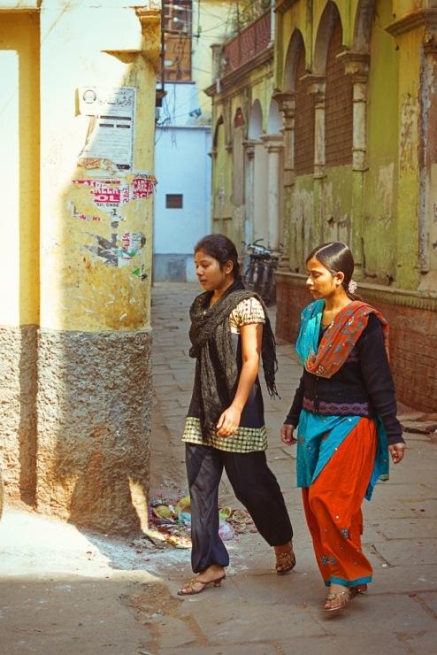 Индия, Варанаси. Подружки-модницы.