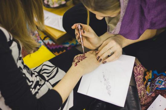 На открытии замечательная Юля бесплатно делала всем желающим ролспись-мехенди.