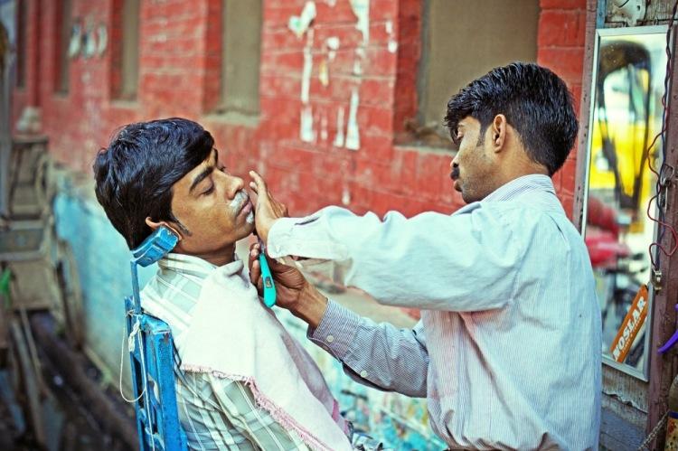 Индия, Варанаси. Уличный парикмахер - обычное явление в Индии.