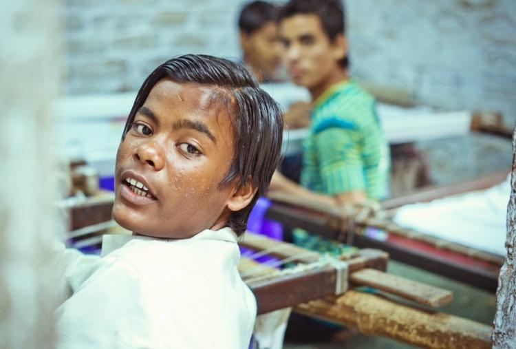 Индия, Варанаси. Тут делают те коврики, за которые мы потом торгуемся в лавках.