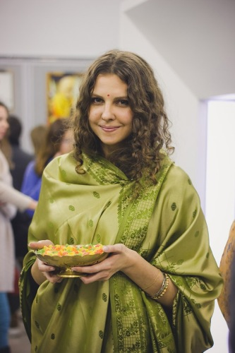 А эта девушка в сари помогала нам погрузиться в атмосферу Индии, угощая всех сухофруктами.