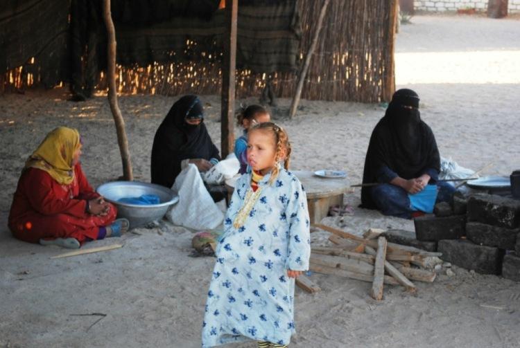 Спят бедуины либо на полу или вот на таких настилах из ящиков, накрытых очень грубой тканью.  Причем если не холодно...